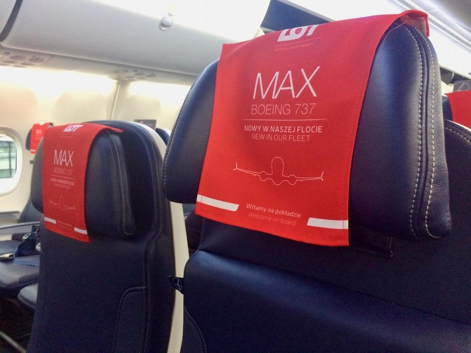 PLL LOT są pierwszą linią lotniczą na świecie, która otrzymała samolot z zamontowanymi fotelami nowego typu firmy Lift. Są one miękkie, odchylane w większym stopniu niż te w B737-800. Każdy posiada zagłówek z regulacją wysokości i kształtu (zaginane boki).