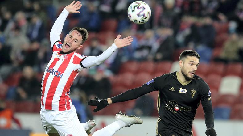 Piłkarz Górnika Zabrze Jesus Jimenez (P) i Diego Ferraresso (L) z Cracovii podczas meczu Ekstraklasy