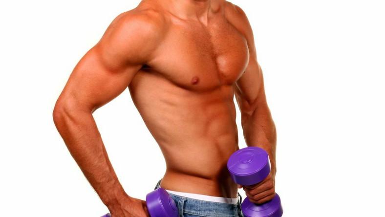 Wykonywanie większej liczby ćwiczeń, ale z mniejszymi ciężarkami, daje na siłowni ten sam efekt