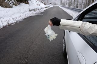 Kary za zaśmiecanie mają się zmienić. Co najmniej 300 zł za papierek na chodniku