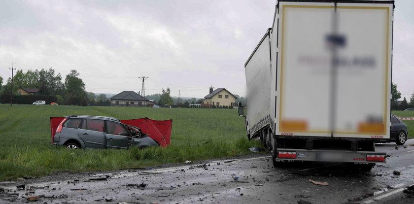 Dramatyczny wypadek pod Pabianicami. Nie żyje jedna osoba