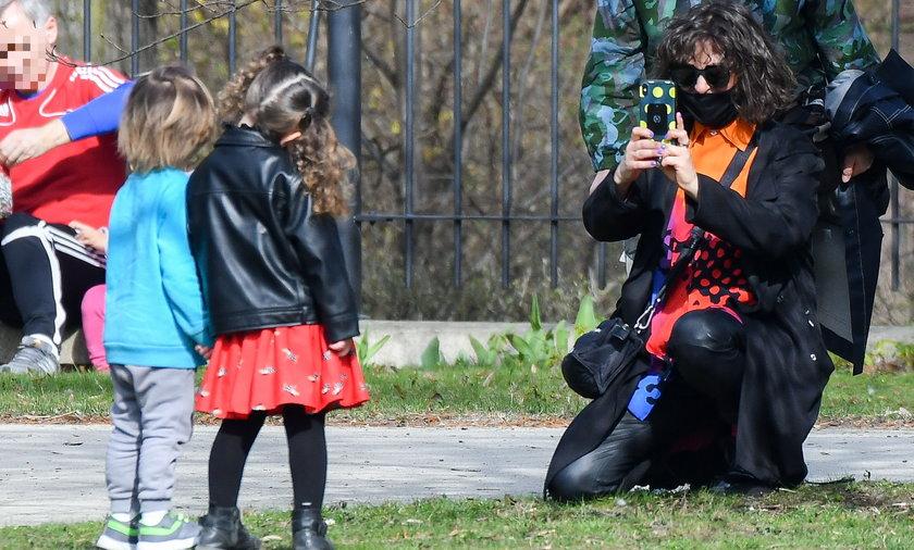 Natalia Kukulska z rodziną na spacerze w centrum Warszawy.