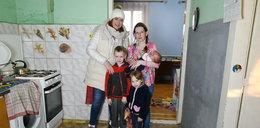 Samotna matka z trójką dzieci. W domu grzyb, dziurawe podłogi... Nasz nowy dom