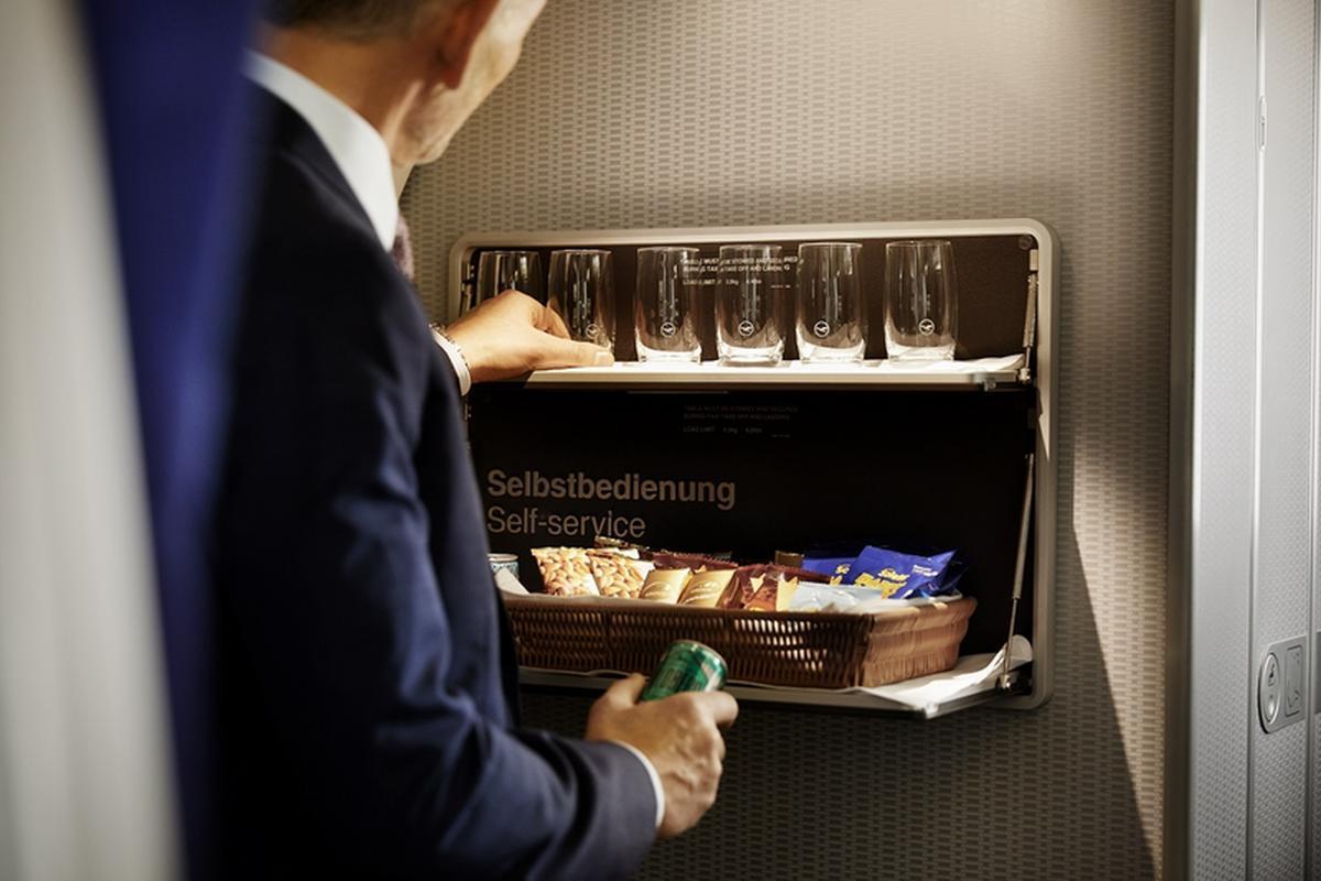 Samoobsługowy barek z przekąskami i napojami dla pasażerów klasy biznes