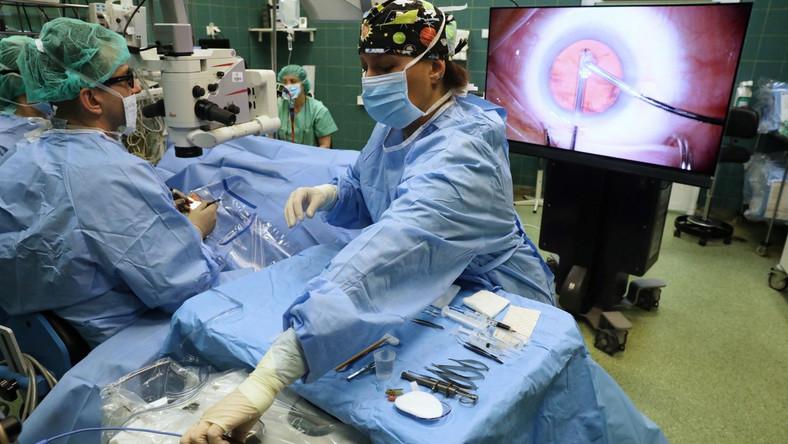 Chirurdzy z Samodzielnego Publicznego Klinicznego Szpitala Okulistycznego w Warszawie wykonują zabiegi okulistyczne z użyciem technologii trójwymiarowej jako pierwsi w Polsce. W ten sposób można operować nie tylko zaćmę, ale również między innymi leczyć jaskrę, przeszczepiać rogówkę oraz przeprowadzać zabieg witrektomii, czyli usuwania zmian w siatkówce