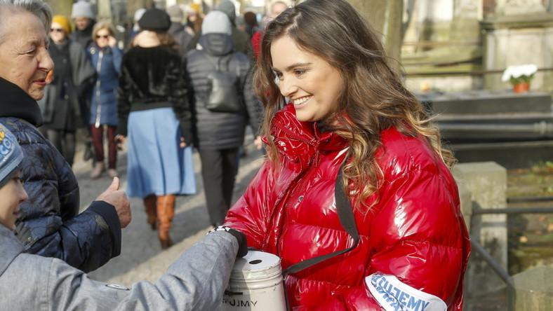 Aktorka pojawiła się na Powązkach w czerwonej błyszczącej kurtce, czarnych spodniach z tkaniny przypominającej lateks i ciężkich botkach na obcasie...