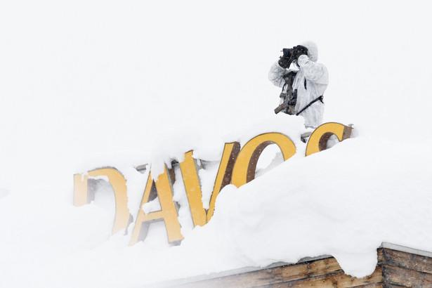 """Zasypany śniegiem napis """"Davos"""" na dachu Hotelu Kongresowego"""