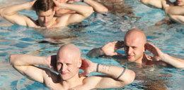Legioniści bawią się w basenie