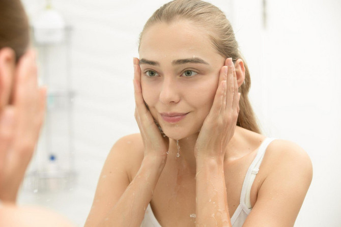 Micelarna voda je odlična za skidanje šminke, ali ne bilo koja, i ne sme biti jedini proizvod za čišćenje lica, već samo prvi korak u toj rutini