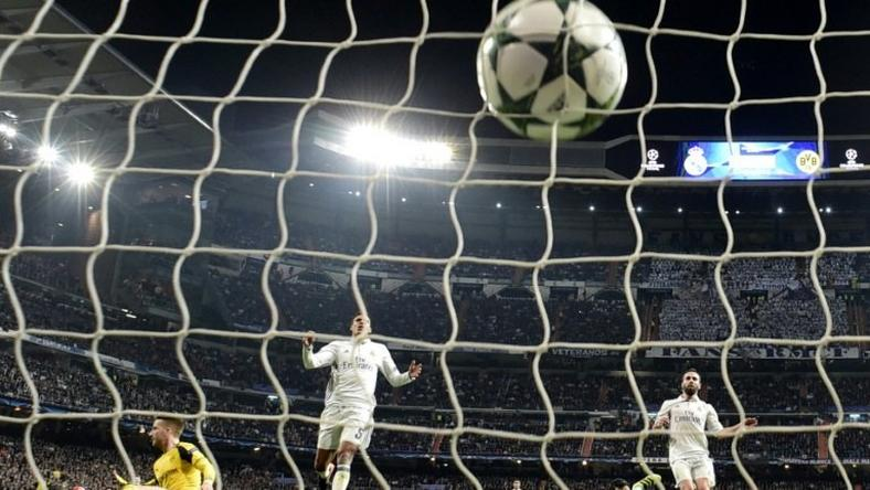 Real Madrid's goalkeeper Keylor Navas (2ndR) looks at the ball after Dortmund's midfielder Marco Reus' goal (L) during the UEFA Champions League football match Real Madrid CF vs Borussia Dortmund at the Santiago Bernabeu stadium on December 7, 2016