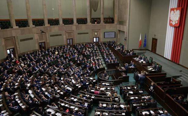 Sejm przyjął kilkadziesiąt poprawek Senatu do pakietu ustaw, których projekty zostały przedłożone przez rząd. Większość ma charakter legislacyjny i doprecyzowujący.