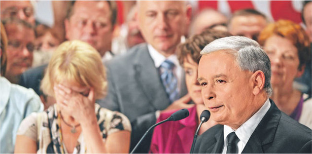 Zwolennicy Jarosława Kaczyńskiego tuż po ogłoszeniu wyników wyborów mieli zawiedzione miny Fot. PAP/Radek Pietruszka