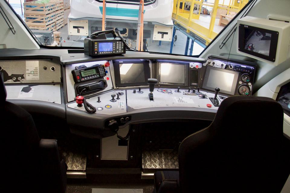 Impuls posiada dwie kabiny maszynisty. Te dla Kolei Dolnośląskich wyposażone są w polskie i czeskie radia, ponieważ będą kursować również za południową granicą. Na zdjęciu widać jeszcze ochronną okleinę na pulpicie, by uniknąć zarysowań w trakcie prac montażowych.