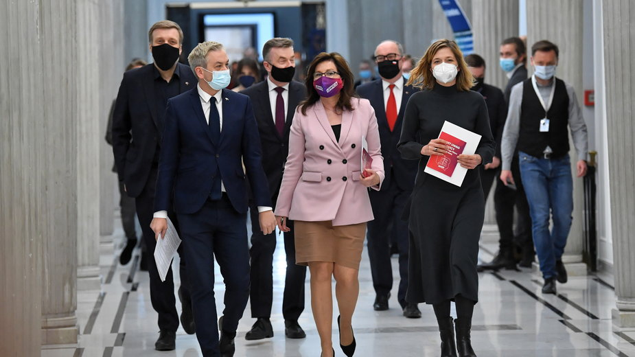 Robert Biedroń, Beata Maciejewska, Adrian Zandberg, Włodzimierz Czarzasty, Magdalena Biejat, Dariusz Wieczorek - w drodze na spotkanie z premierem