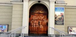 Wandale zdewastowali drzwi kościoła w Brzeszczach. Sprawę bada policja