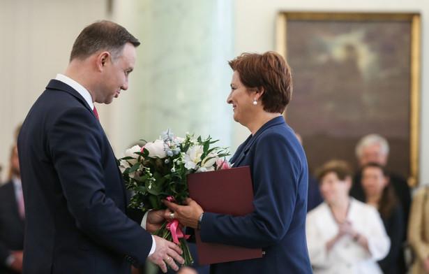 Andrzej Duda wręcza nominację Halinie Szymańskiej