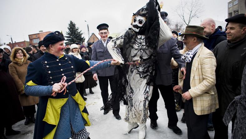 """""""Ścinanie śmierci"""", to plenerowe widowisko ludowe z okazji zakonczenia karnawalu i rozpoczecia Wielkiego Postu, Jedlińsk, okolice Radomia"""
