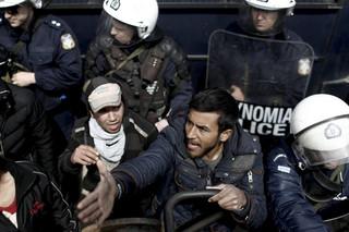 Grecka policja likwiduje obozowisko migrantów w Pireusie
