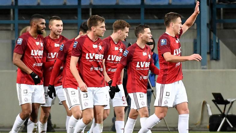 Piłkarze Wisły Kraków cieszą się z gola Lukasa Klemenza (L) podczas meczu Ekstraklasy z Pogonią Szczecin