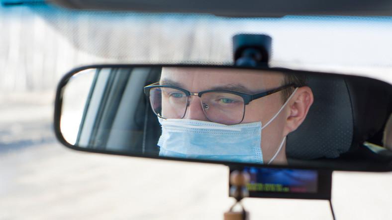 Kierowca w maseczce