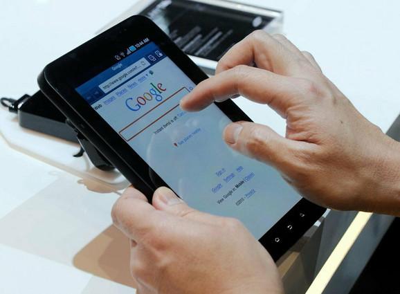 Ovaj tablet radi na 2.2 Android operativnom sistemu, ali može da se nadogradi na 2.3 verziju