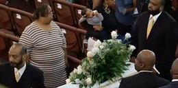 """Rozpacz matki na pogrzebie synka. To ona """"lulała"""" zwłoki na huśtawce"""
