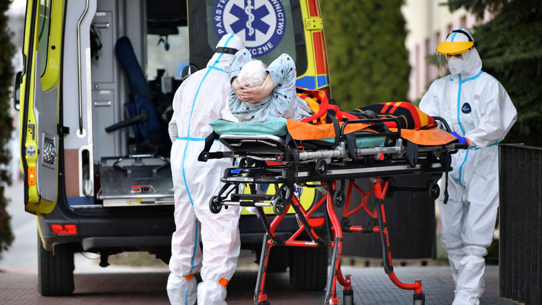 Koronawirus w Polsce. Karetka z pacjentem przed szpitalem tymczasowym na terenie Mazowieckiego Szpitala Wojewódzkiego w Siedlcach