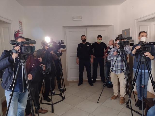 Brojne novinarske ekipe ispred sudnice u kojoj se Malčanskom berberinu izriče presuda