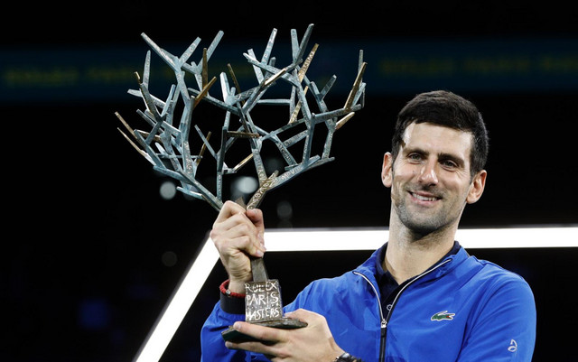 Novak Đoković drži trofej pariskog mastersa