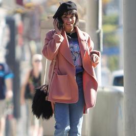 Vanessa Hudgens w stylowym płaszczu. Ale spójrzcie na buty. Hit czy kit?
