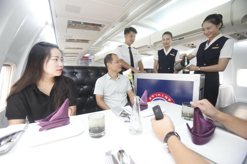 Posiłki serwowane są z lotniczych wózków cateringowych. Jak podaje China Daily, kolacja kosztuje około 30-45 dol. za osobę.
