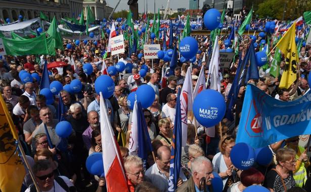 Przed wyruszeniem marszu szef Biura Krajowego PO Piotr Borys pozdrowił ze sceny byłego prezydenta Lecha Wałęsę