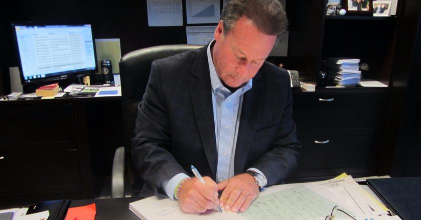 Sheldon Yellen, prezes Belfon Holdings, Inc., własnoręcznie pisze życzenia do swoich pracowników, by pozostać z nimi w kontakcie