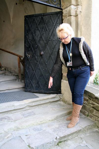 Niedzica - Irena Szydlak wskazuje miejsce, z którego w 1946 roku wydobyto tubę z kipu