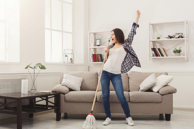 žena čisti kuću, gruppi