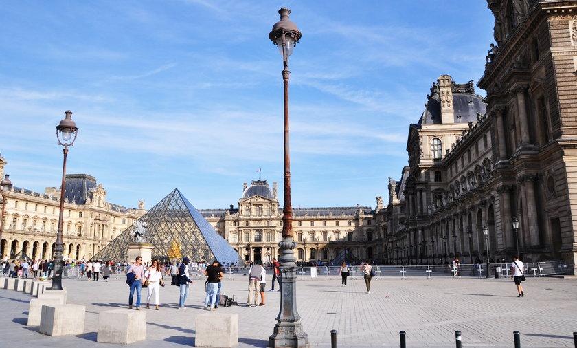 Słynna szklana piramida przed Luwrem.