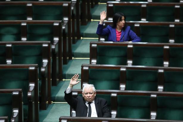 Politycy PiS liczą na to, że Senat błyskawicznie zakończy prace nad tarczą. Ale nawet niektórzy politycy PiS przyznają, że tryb wprowadzania zmian w kodeksie wyborczym do ustawy antykryzysowej tuż przed trzecim czytaniem budzi wątpliwości.