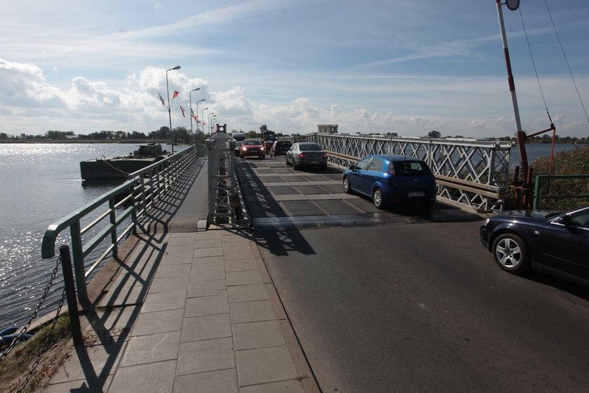 Stary most pontonowy do niczego się już nie nadaje, ciągle trzeba go remontować