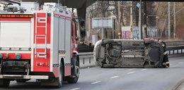 Wypadek w Krakowie. Samochód wypadł z drogi
