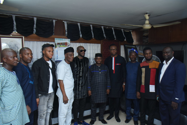 2Face Idibia flanked by staff of the Obafemi Awolowo University, Ile Ife [Scriptorial PR]