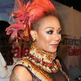 """Mel B w dziwnej stylizacji promuje """"Mam talent"""". I jeszcze ta fryzura..."""