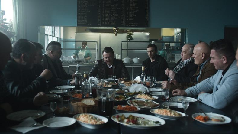 """Polscy """"baroni""""' mafii jedzą w barze mlecznym. Scena z serialu """"Ślepnąc od świateł"""""""