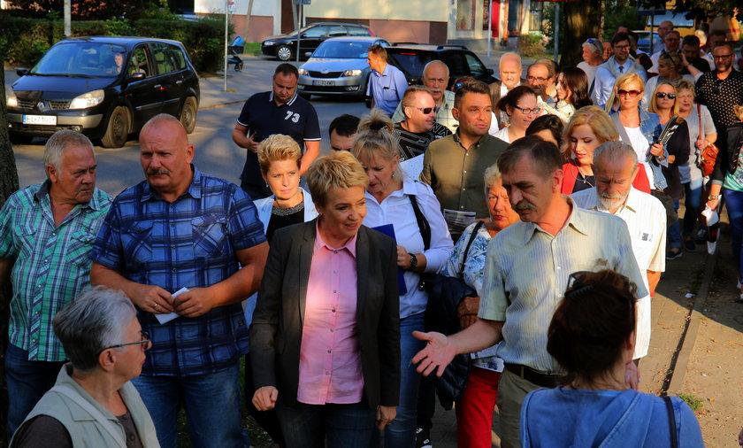Prezydent Zdanowska na spacerze z mieszkańcami Kozin