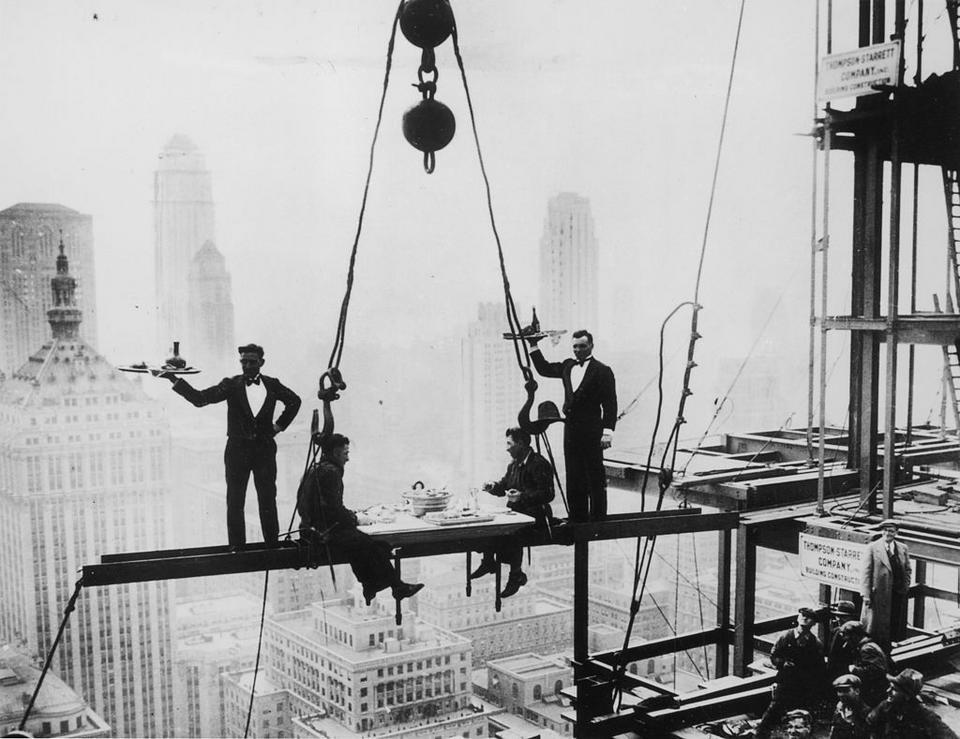 Kelnarzy podający posiłek na budowie nowego Waldorf Astoria