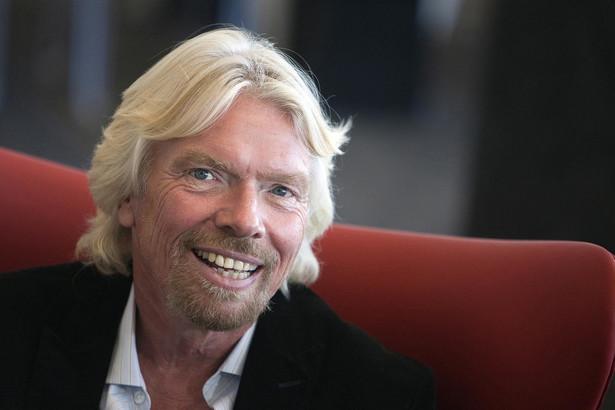 BIO: Richard Branson znany jest z niekonwencjonalnych metod promocji swoich produktów. Szef Virgin Group reklamowął sieć komórkową wisząc nad Times Square ubrany w przepaskę z telefonów. Fot. Paul Morris/Bloomberg