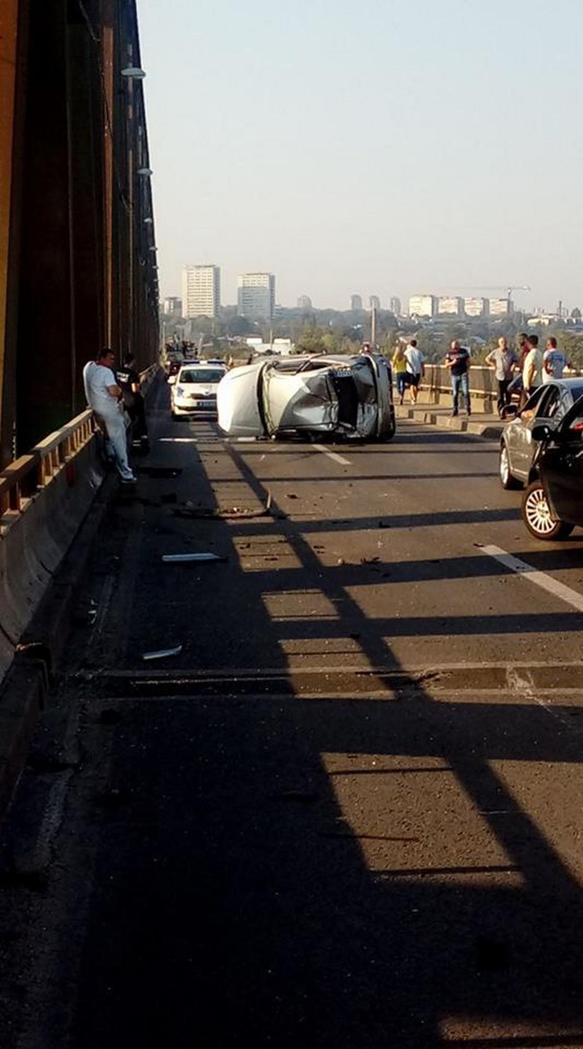 DRAMATICNA SCENA NA PANCEVCU Vozac izgubio kontrolu nad autom, udario u zastitnu ogradu i PREVRNUO SE (FOTO)