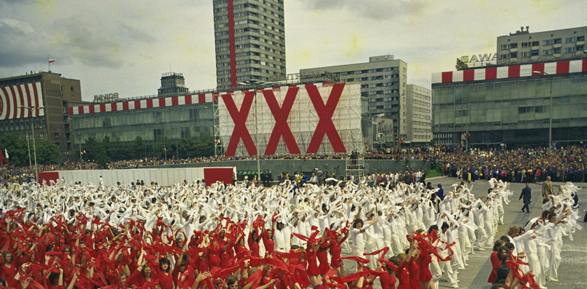 Komuniści zaczynali od... mszy świętej! Zaskakujące początki największego święta PRL