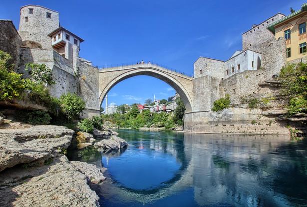 Mostar Zdecydowanie najbardziej malownicze miasto w całej Bośni i Hercegowinie. Widoczny na zdjęciu Stary Most (odbudowany w 2004 roku) łączy niegdyś skłócone dzielnice: Chorwacką oraz Boszniacką. W okresie letnim podziwiać możemy śmiałków, którzy przy odpowiednim dopingu zgromadzonej publiki skaczą z mostu do zimnej rzeki Neretwy.