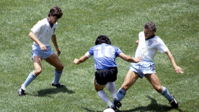 Diego Maradona i Steve Hodge (z lewej) oraz Peter Reid