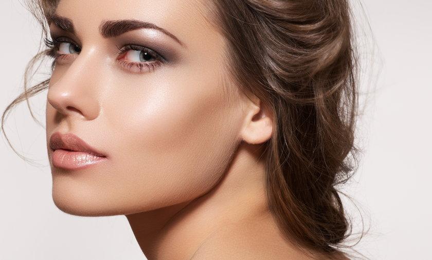 Kobieta z rozświetlającym makijażem